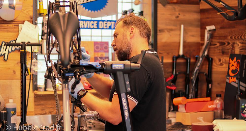 Nicolas, le mécanicien cycles. Entretien réparation et révision de son VTT électrique.