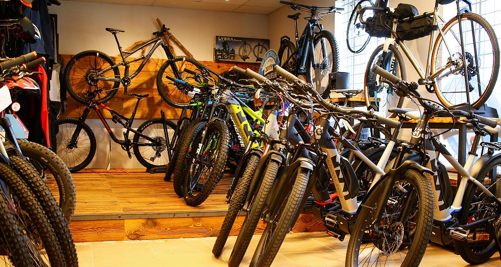 Image de l'intérieur du magasin avec des vélos électriques d'occasion à vendre